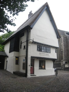Britons Arms – records of this building date as far back as 1347, it was a public house for many hundreds of years, but now operates as a tea shop. The great Norwich fire of 1507 destroyed almost every house on Elm Hill, the Britons Arms was one of the few to survive. It remains one of the few surviving timber framed medieval buildings in the city.